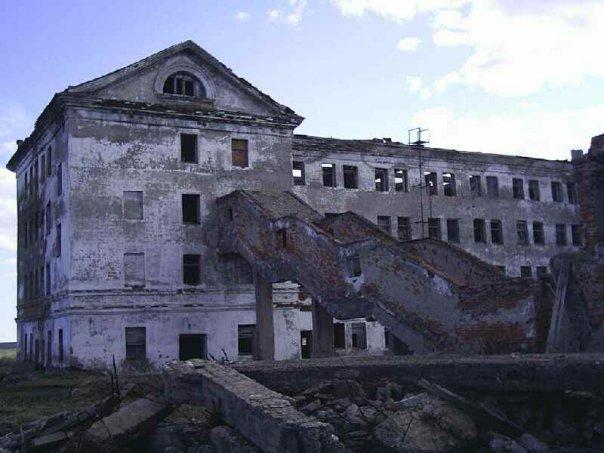 Разрушенное здание Хальмер-Ю