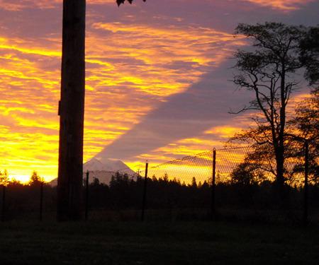 Тень от горы Рейнир на небе