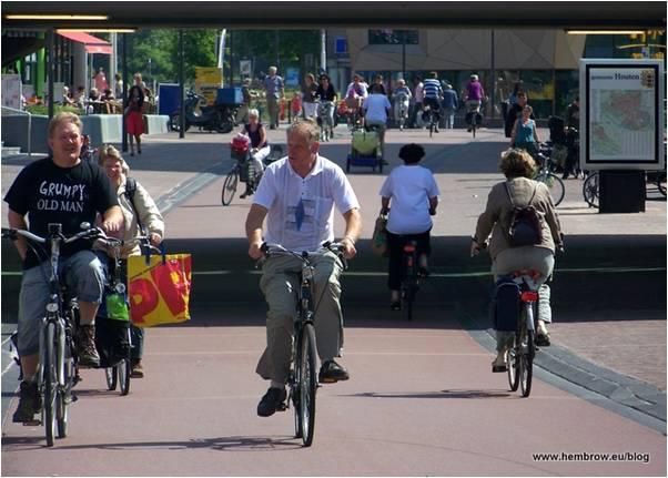 Велосипеды на улицах голландского города Хаутен