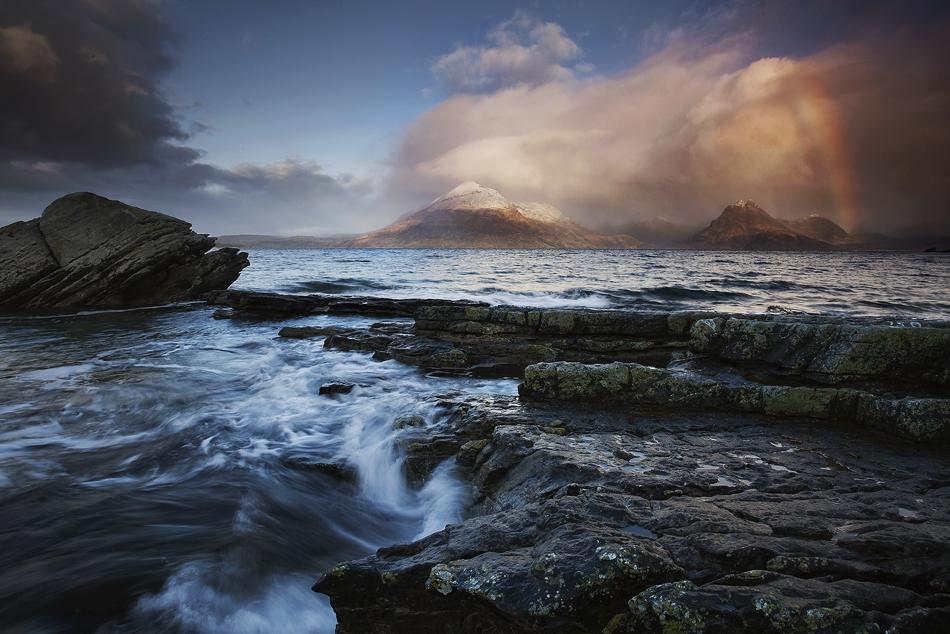 Радуга над каменистым побережьем