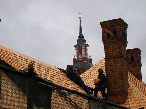 Укладка нового лемеха на кровле Братского корпуса Знаменского монастыря