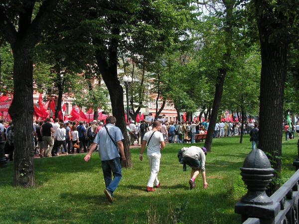 Слева идёт колонна левых