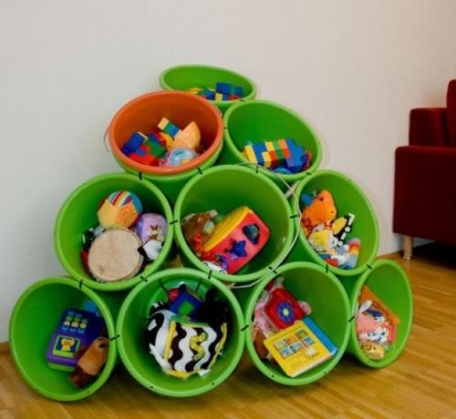 идея из ведер для игрушек