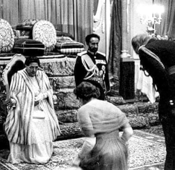 Елизавета кланяется императору Эфиопии