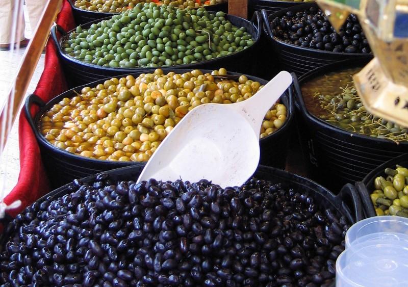 Оливковый прилавок на Средневековом рынке в Сарагосе.