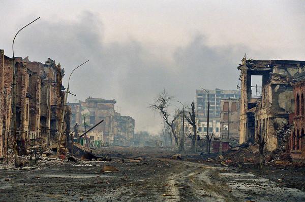 Разрушенная улица Мира после 22 недель тяжелых бомбардировок. Чечня, Грозный, 2 февраля 2000 года.