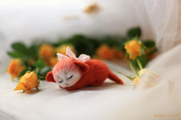 Рыжий  котёнок в жёлтых розах