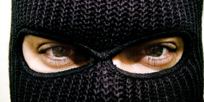 в черной маске