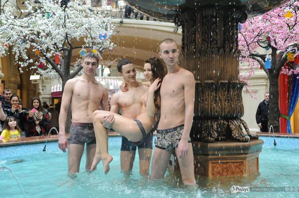 голый парень в фонтане отбросила, накрыла
