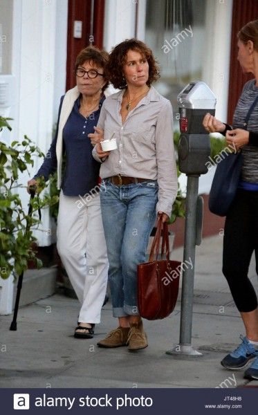jennifer-grey-clark-gregg-and-wife-jennifer-grey-walk-back-with-their-JT48H8