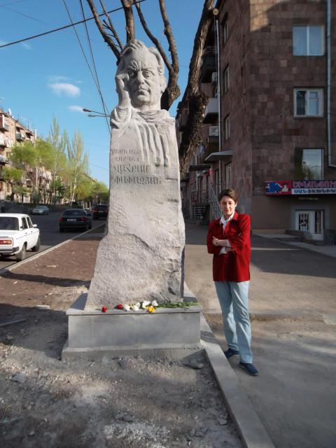 Памятник великому актеру Ваграму Папазяну