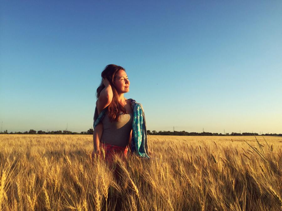 Легкий вечерний ветерок приносит освежающую прохладу. Ласковое солнышко,  уставшее за день, лениво прячется в волосах. Под ладонью, слегка щекоча, ... c173566c535