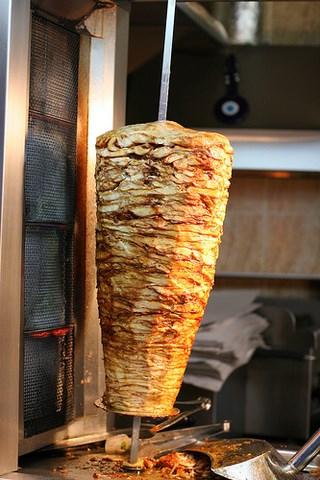 Для приготовления шаурмы подходит практически любое, в меру жирное мясо