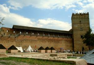 4бЛуцк оборонительная башня и стены замка