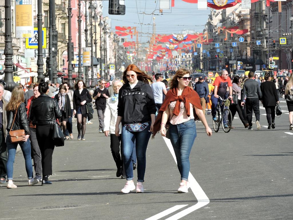 забор картинка люди на улице москвы менять