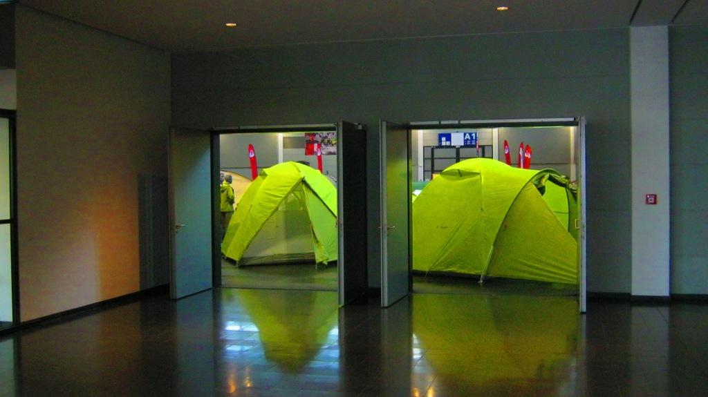 вход в ангар палатки