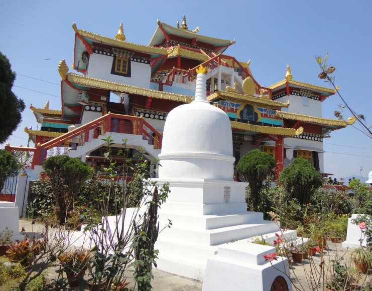 Ступа Е.И. Рерих и буддийский храм. Фото В. Корепанова 2012.