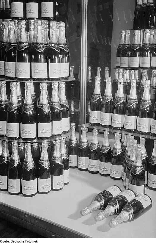 Fotothek_df_roe-neg_0006713_012_Ausgestellter_sowjetische_Schaumwein_auf_der_Leipziger_Herbstmesse_1954