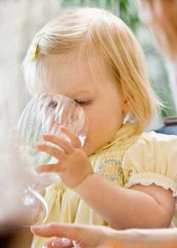 ребенок ставит опыты, домашние опыты, школьное образование, стакан