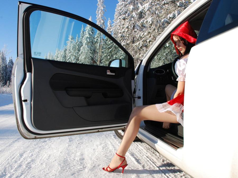 красная шапочка готова выполнить свой долг в любую погоду!