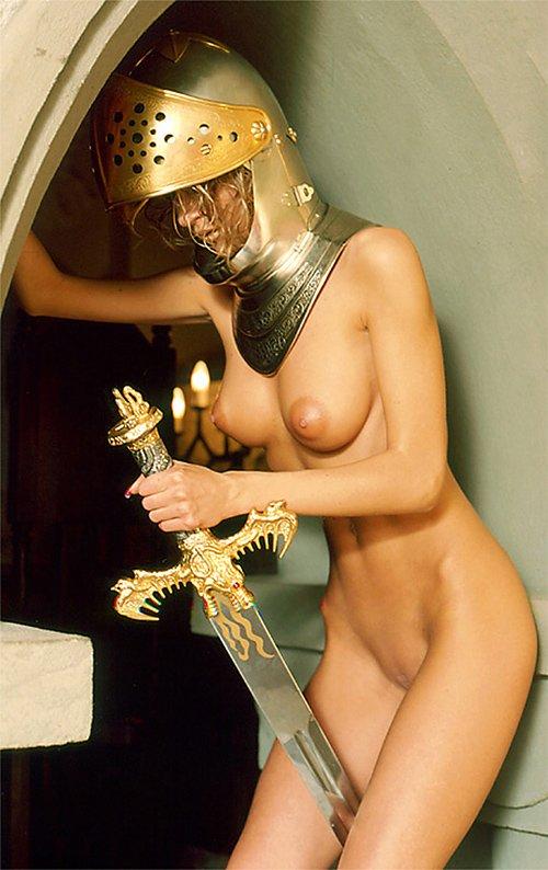 жена рыцаря в процессе депиляции