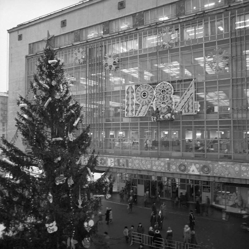 1984.01. Новогодняя ёлка у входа в универмаг Москва