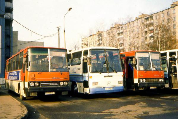 Стоянка автобусов у гостиницы Молодежная_1990