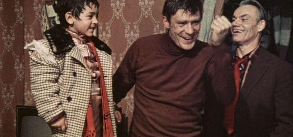 Цыганенок Степка (Михаил Бузылев-Крэцо), Павел Зубов (Александр Михайлов) и его друг (муж Искры Бабич Афанасий Кочетков)