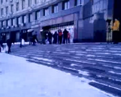 bd7b4fe--skrin-shot-transljatsiji.aktivisti-zbirajut--snig-u-mishki-ta-blokujut--vkhodi-do-oda-ta-meriji