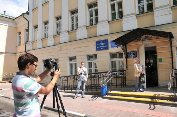 Иван фотографирует поликлинику