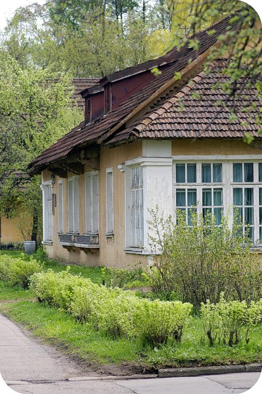 Уютный домик с черепичной крышей