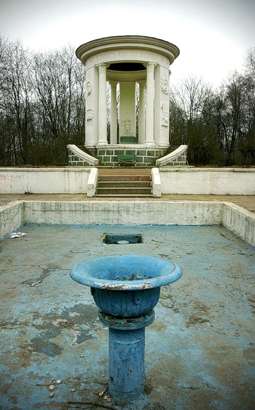 Беседка и зимующий фонтан