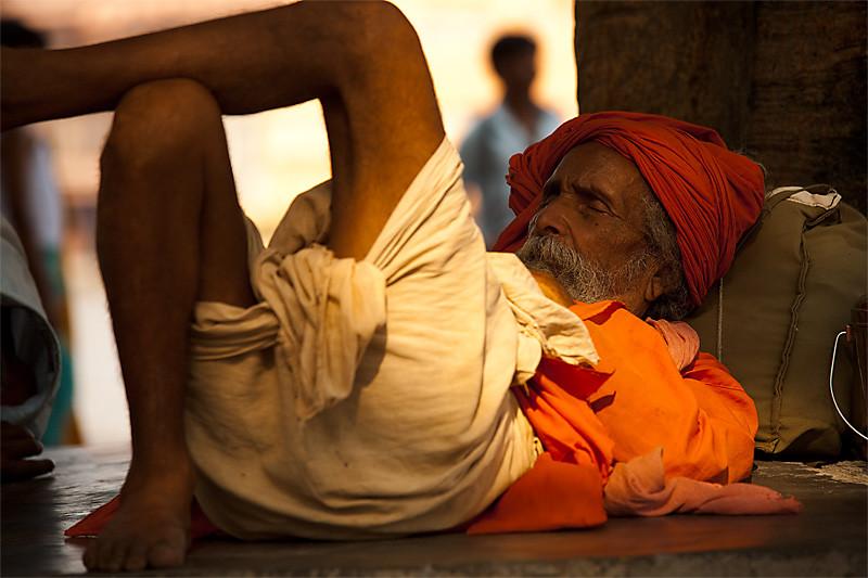 100616_haridwar_arunachal_pradesh_india_sadhu_napping_sleeping_tree_shade_travel_photography_MG_0611