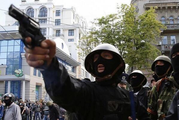 За спиной одного из куликовцев, стреляющего по фанатам, стоит Дмитрий Фучеджи.