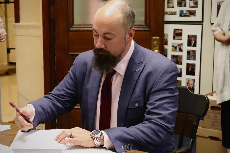Фристейтер Джейсон Осборн подписывает бюджет вступающий в силу 1 июля 2021 года
