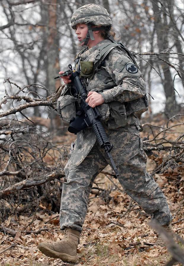 Девушка — сержант американской армии