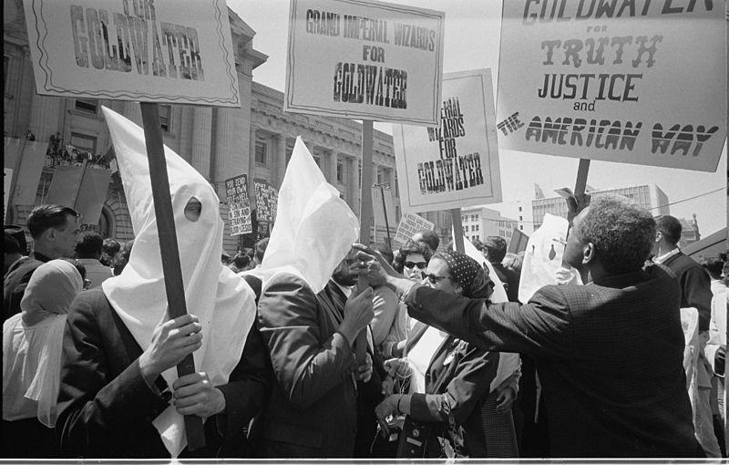 Ку-клукс-клан члены поддержку кампании Барри Голдуотера за выдвижение кандидатом в президенты на Республиканской национальной ко