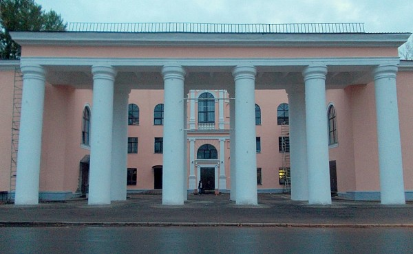 Колоннада Пикалёвского городского Дворца культуры