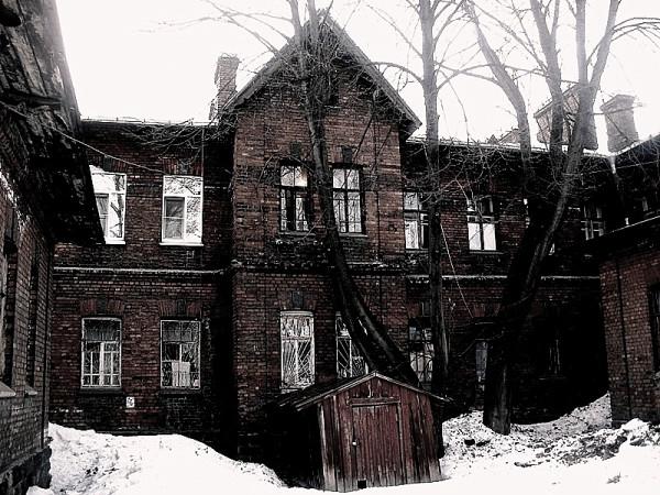 В одном сером-сером городе стоял красный-красный дом...