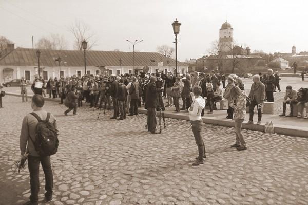 Люди на Петровской площади