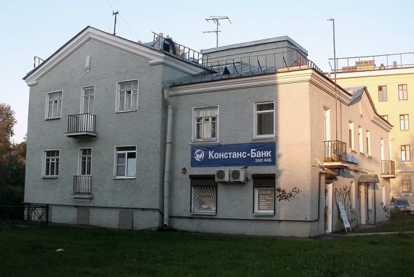 """Перед открытием станции метро """"Волковская"""" в декабре 2008 г. в прилежащем жилмассиве, состоящем из немецких домов, было проведено некоторое, впрочем весьма скромное, благоустройство территории. Заодно фасады подкрасили."""