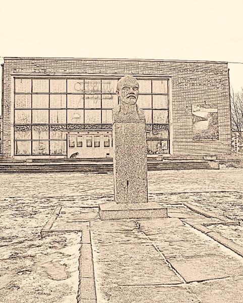 Памятник Ильичу и ДК