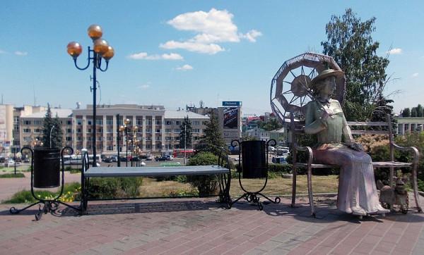 Забавный памятник у областного театра имени Л.Н. Толстого на Театральной (бывш. Вознесенской) площади города Липецка