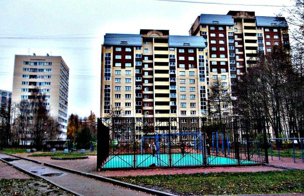 Типичный для Г.Д.Р. (Гражданки Дальше Ручья) пейзаж. В последнее время, правда, он стал несколько веселее благодаря детским и спортивным площадкам. Это пространство между домами 110-3 и 112-2 по Гражданскому проспекту. Поодаль (справа налево) дома 15-2 и 15-3 по улице Ушинского.