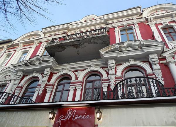 Балконы красного дома