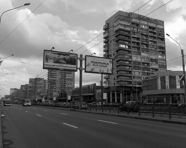 Это его центральная часть, проходящая через Дачное. К тому же, именно тут расположена одноимённая станция метрополитена. Магистраль загружена и днём, и ночью.