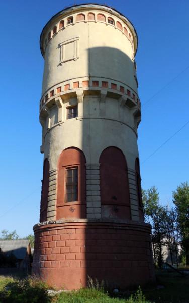 От вокзала башня стоит на приличном расстоянии. Видимо потому, что служебные постройки станции расположены так. Довольно оригинальное сооружение, между прочим.