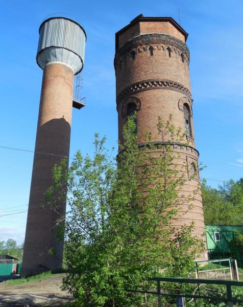 Станция была сдана в эксплуатация в 1900 г. Тогда же, видимо, была выстроена и первая, старая водонапорная башня. Второе водоёмное сооружение -- продукт послевоенный. Это очевидно.