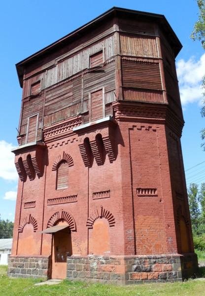 """Водонапорная башня сооружена в составе комплекса построек в 1904 г. Увидеть её не так уж и легко, поскольку с обеих сторон она """"спрятана"""" другими постройками."""
