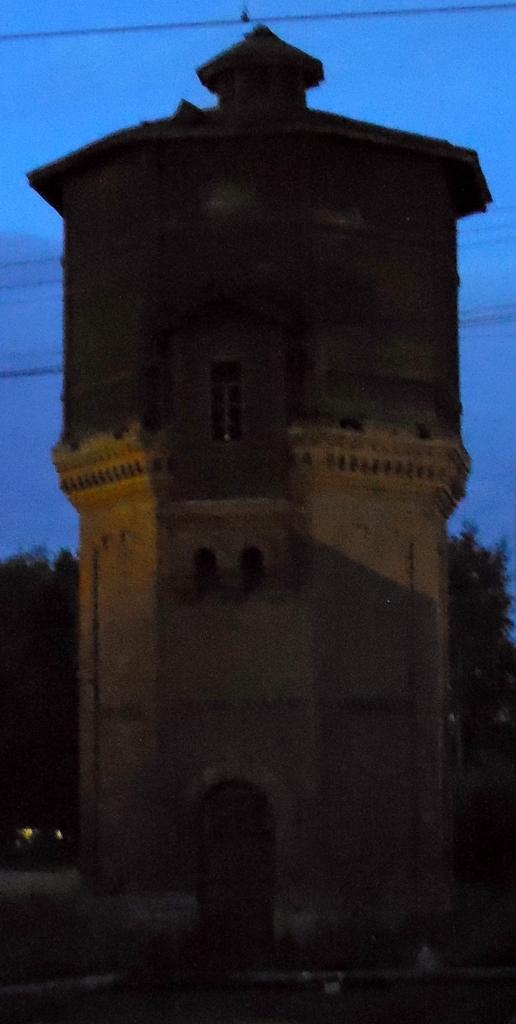 Станция на линии Волховстрой-I -- Вологда-I Октябрьской ЖД. Жаль, освещения не хватило. Хотя в этом есть что-то романтическое.:)
